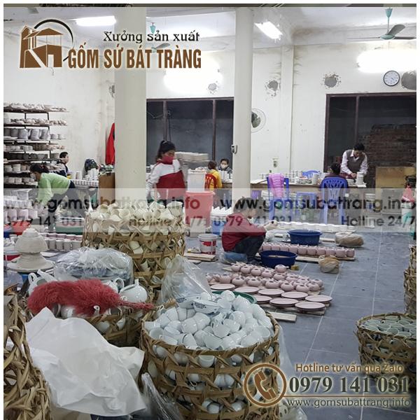 Hình ảnh xưởng sản xuất gốm sứ bát tràng với các công nhân đang làm việc sản xuất ấm chén