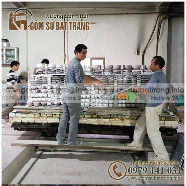Hình ảnh xưởng sản xuất gốm sứ bát tràng với các công nhân trong công đoạn cho hàng phơ vào lò nung