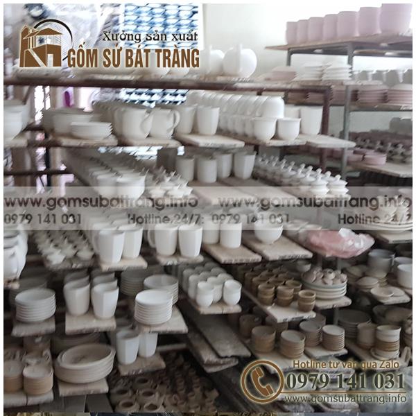 Hình ảnh tại xưởng sản xuất gốm sứ bát tràng , đây là các sản phẩm ấm chén cốc sứ hàng phơ đã tráng men đang chờ nung